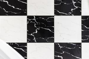 Fliesen-Schachbrett im Badezimmer